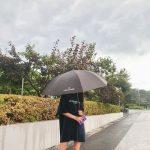 <トレンドブログ>「AOA」ソリョン、オーバーサイズのTシャツでキュートな魅力…傘をさしても美貌は晴れ☀
