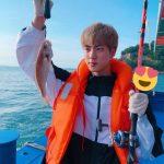 防弾少年団(BTS)ジン、釣りを楽しむイケメン…休暇もSUGAと一緒