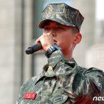 "「PHOTO@ ソウル」SHINeeミンホ、凛々しい姿を公開…海兵隊行事で""海兵隊歌""を歌う"