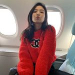 BLACKPINKジェニー、飛行機で赤いニット着て唇ちゅ~