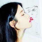 """IU、故ソルリさんの自画像にキス""""私の大切な「CHAT-SHIRE」…4周年おめでとう"""""""