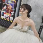 """ヒョナ、純白のオフショルダー・ドレスを身に着け「素顔はドレスでしょう? 」""""セクシーな優雅さを演出"""""""