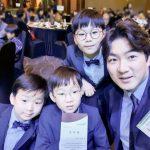 【トピック】俳優ソン・イルグクの三つ子の息子たち、スーツがよく似合うまでの成長ぶりが話題