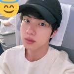 【トピック】「防弾少年団」JIN、機内を輝かせるイケメン写真公開