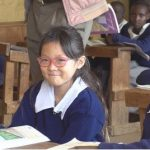 サランちゃん、母SHIHOとアフリカに…ケニアの学校を体験