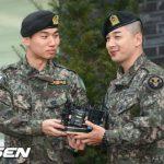 「BIGBANG」SOLとD-LITE、除隊現場で輝く友情