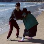 ヒョナ&DAWN(イドン)、初々しいデートを公開、交際4年目のカップルが海辺で鬼ごっこ