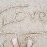 女優イ・ヨンエ、砂浜での裸足写真を公開「LOVE」