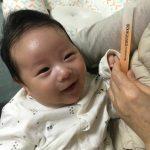 """【トピック】カン・ギョンジュン&チャン・シニョン夫妻が公開した生後2か月の次男の愛らしい笑顔に""""キュンキュン"""""""