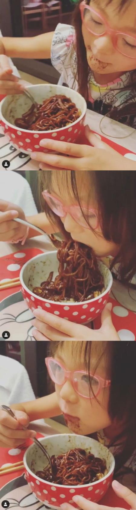 秋山成勲の娘サランちゃん、ジャージャー麺を爆食い「フードファイターです」
