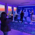 Nソウルタワーで「防弾少年団(BTS)」と記念ショット=外国人観光客に人気