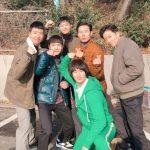 """俳優キム・スヒョン、「愛の不時着」の同僚俳優と記念写真…""""帰って来たドング"""""""