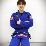 俳優イ・ジュンギ、柔術の練習後にさわやかな笑顔であいさつ