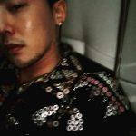 "G-DRAGON(BIGBANG)、独歩的なファッションで魅了""ひげにスパンコール、ヘアバンドに花ブローチ"""