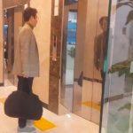 """イ・ハジョンアナ、番組で話題の夫チョン・ジュノ愛用""""万能カバン""""を公開「貴金属でもあるかと…」"""