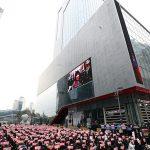 CJ ENM前でデモ決行の「X1」ファン、参加者は500人超え=現地報道では「800人参加」