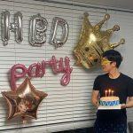 <トレンドブログ>キム・ドンジュン、誕生日パーティーで輝くビジュアル…幸せな笑顔
