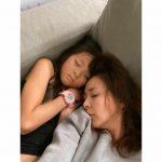 SHIHO&サランちゃん、ソファでぐっすり…寝姿もそっくり