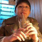 FTISLANDイ・ホンギ、軍休暇中に先に除隊した軍仲間とカフェでまったり