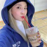 """<トレンドブログ>""""もうツンデレなんだから""""…「2NE1」出身DARAことパク・サンダラ、CL姉妹からプレゼントされたコーヒーの認証ショット公開"""