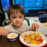 """<トレンドブログ>ベントレーくん、かわいい坊やの朝食メニューは? """"ヨーグルトに果物コッコッコッ"""""""