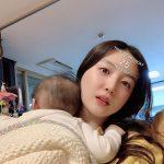 """キム・ソヨン、""""ひっつき虫""""娘の育児日常…25歳と言っても信じそうなビジュアル"""