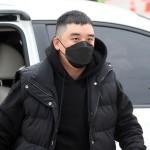 V.I(元BIGBANG)、マスクしたまま静かに入隊…取材陣の問いかけには答えず