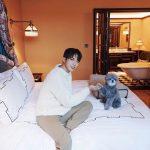 「CNBLUE」ジョン・ヨンファ、ホテルのベッドの上でカワイ子ちゃんとパチリ!!