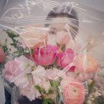 パク・シネ、花の後ろに隠れても美しさは隠せない
