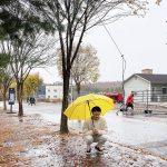キム・ミョンス(INFINITEエル)、雨降りにもさわやかな笑顔で…傘をさしたホンジョ