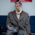 パク・ソジュン、血まみれの写真とウィットに富んだジョークであいさつ…最近は男もミニバックが流行?