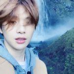 カン・ダニエル、幻想的な滝の景観を前にキュートな笑顔
