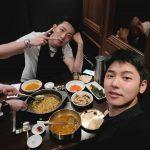 CNBLUEカン・ミンヒョク、イ・ジョンシンとのツーショット公開…食事中も輝くビジュアル