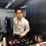 <トレンドブログ>ヘンリー、シャツのボタンを外してセクシーさ爆発…眼鏡で知的なイメージまで魅力UP