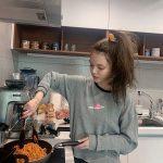 ジミン(AOA)、 ささっとトマトスパゲッティ…ソリョンも認める「料理まで上手」