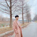 """キム・ミョンス(INFINITEエル)、シックなコート姿公開…""""冬の猫だにゃぁ~"""""""