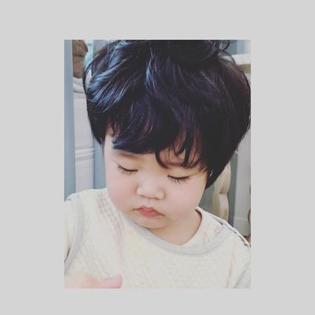 俳優ユ・ジテ&キム・ヒョジン夫妻の次男、下向き写真も「すでに美男子」
