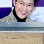 """俳優チョン・ウソン、海辺でも投票呼びかけ=砂に描いた""""投票マーク"""""""