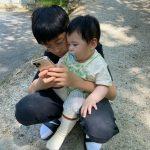 """<トレンドブログ>""""お兄ちゃんっこ、こっそり撮るのに成功""""…チャン・シニョン♥カン・ギョンジュン、2人の息子の兄弟愛にほっこり"""