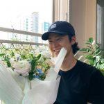 """<トレンドブログ>俳優コンミョン、誕生日に花束をプレゼントされてニッコリ""""ありがとうございます♥"""""""