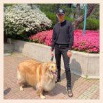「CNBLUE」イ・ジョンシン、あたたかい春の日に愛犬と散歩…オールブラックでシックな魅力