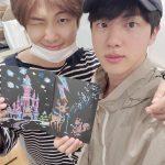 """BTS(防弾少年団)RM&ジン、仲のいい姿でファンにあいさつ…""""今も、相変わらず"""""""