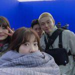 パク・シネ&ユ・アイン、茶目っ気いっぱいなユーモラスな姿…映画「#生きている」撮影中のビハインドカット公開