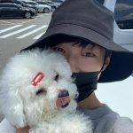 俳優ウ・ドファン、帽子をかぶってマスクをしてもイケメン…抱かれてる子犬がうらやましい!!