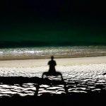 俳優キム・スヒョン、月光の浜辺でスクワット中?…影までも人並外れる