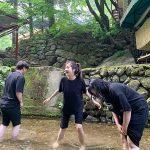 女優カン・ソラ、渓谷で友人とミニ休暇…素顔でも驚くビジュアル