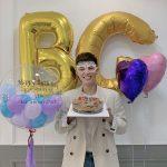 俳優パク・ボゴム、誕生日迎え丸メガネと笑顔のショットを公開