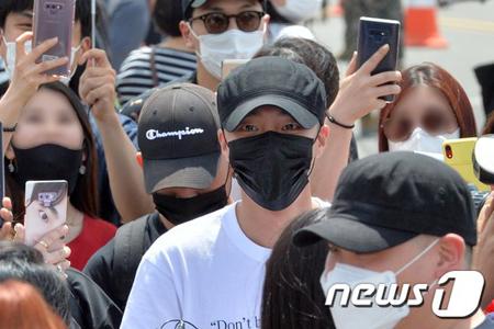 歌手ロイ・キム、ファンに見送られ海兵隊入隊