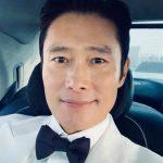 俳優のイ・ビョンホン、タキシード姿で近況報告…「『大鐘賞』へ移動中」=男優主演賞受賞
