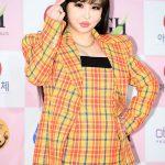 BOM(元2NE1)、超ミニファッションで大鐘賞オープニング舞台…「とても栄光」